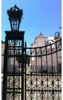 Portail de château, baroque, en fer forgé, deux vantaux, deux colonnes et lanternes