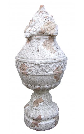 Large terracotta vase with cap with a beautiful garland in geometric shapes that cross all the belt.