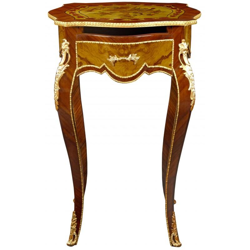 Table carrée de style Louis XV en bois marqueté, bronzes et décors musical pe