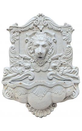 Fontaine à tête de lion, en fonte de couleur blanche