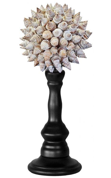Boule de coquillages gris sur balustre en bois