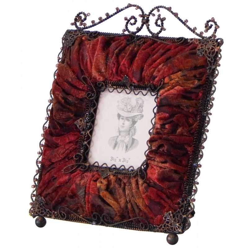 cadre photo carr avec d cors en tissu bordeaux. Black Bedroom Furniture Sets. Home Design Ideas