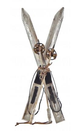 Paire de skis avec bâtons décoratifs de style ancien